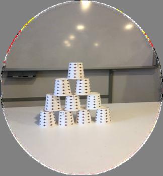 Kod alan grubun bardaklar ile bir kule inşa etmesini istiyoruz.